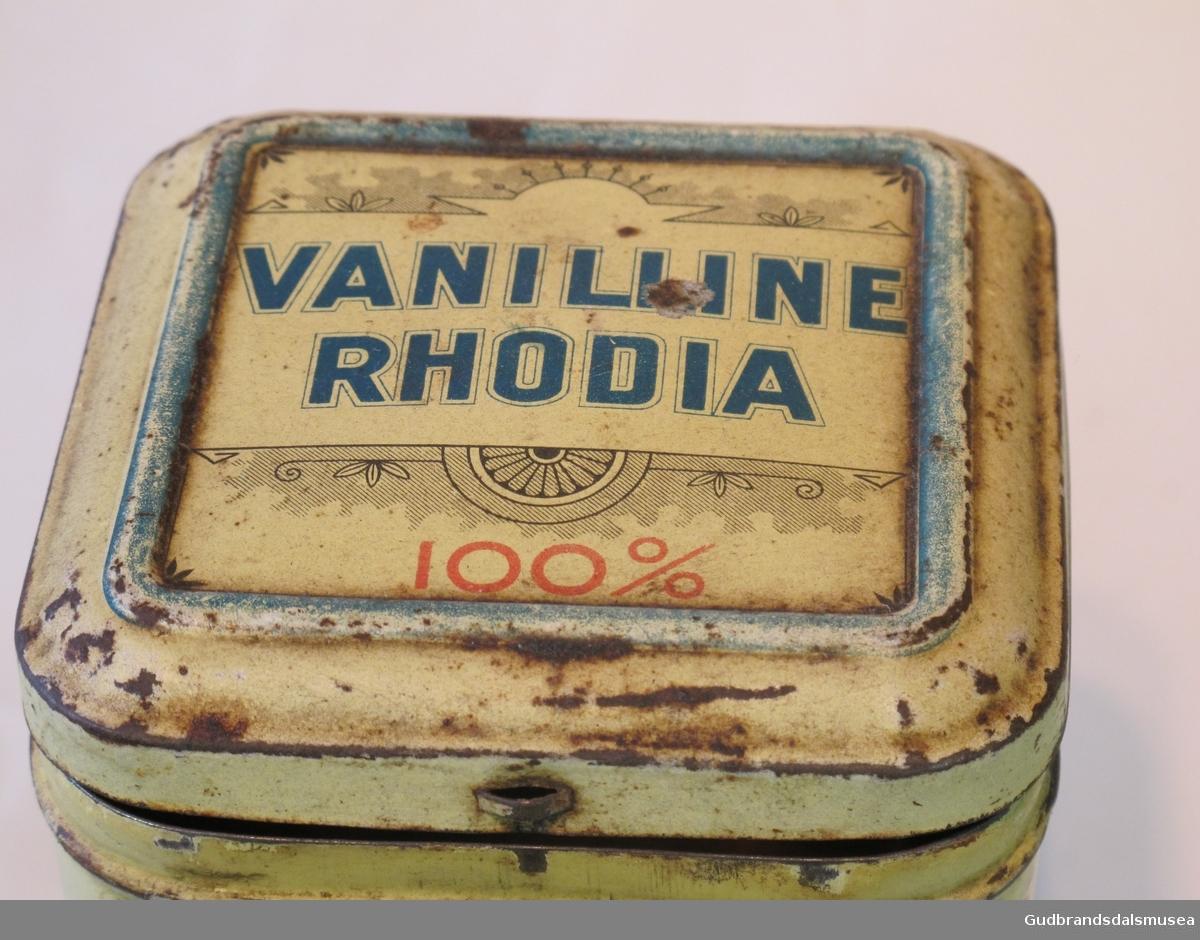 To kvadratiske blikkbokser med lokk. Har inneholdt 1 kg vaniljesukker.