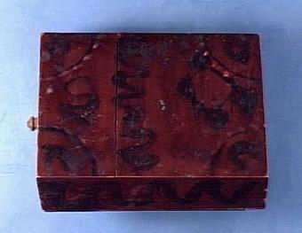 """Kryddlåda med utdragbar innerlåda, ovansida och botten spruckna, lådan har två fack, väl bibehållen, lite maskäten i botten, Text i liggaren: """"på K""""   Neg.nr: 1986-0009 Sakord: KRYDDLÅDA Tillverkningstid: 1850 - 1900 Material: fur Teknik: pinnat limmat spikat målat Mått: L=198 B=143 H=62 Vikt:"""