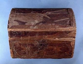 Skrin med intarsia av diverse träslag, vackert arbetade gångjärn samt nyckelskylt, delar av intarsian saknas, maskätet, del av sidan och locket skadat, invändigt klädd med  rutigt papper samt kartongskiva, inköpt till museet för 15:-   Neg.nr: 1986-0010 Sakord: SKRIN Tillverkningstid: 1750 - 1850 Material: fur päron ask björk järn papper Teknik: intarsia limmat pinnat spikat Mått: L=276 B=175 H=195 Vikt: