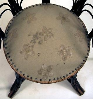 Svartmålad korgstol , svängda ben med kryss, stoppad sits. Under stolen märkt J H Cravers korgfabrik Göteborg. Inköpt på auktion för 75kr för 2 st.   Neg.nr: 81/1078:5