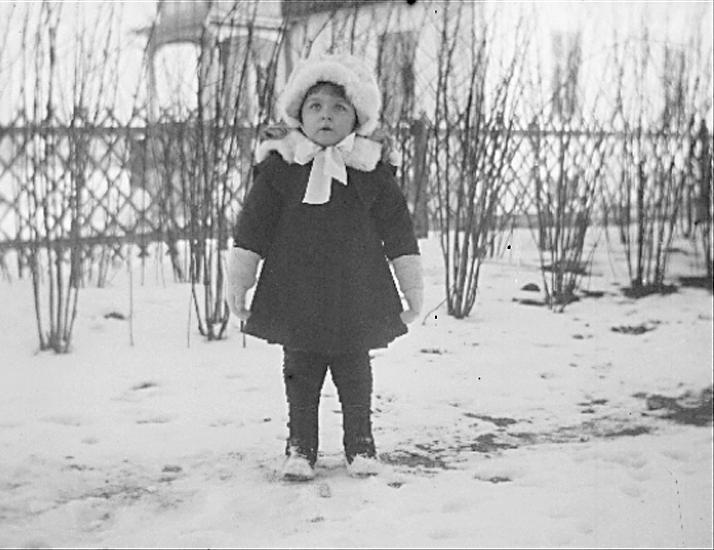 Inga Knape f. 1918, dotter till John Knape och Karin Knape f. Bäckström.Karin Bäckström f. 1880 drev fotoateljé på Vasagatan 5 i Töreboda. Hon tog över den av sin far Thure Bäckström, som hade etablerat firman 1886, och hon drev den mellan 1896 -1916.Karin Bäckström gifte sig år 1917 med John Knape.