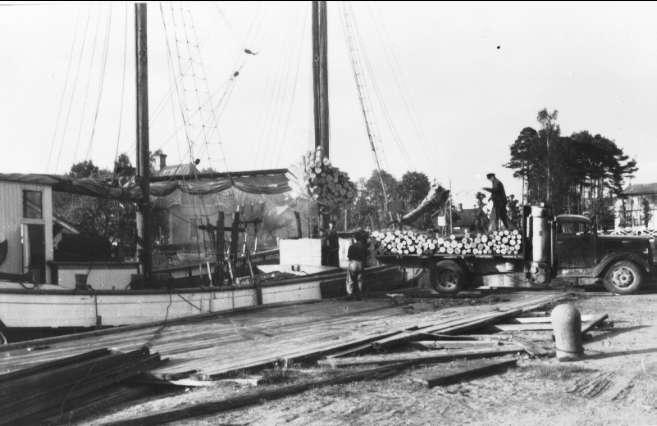 Karlsborg, Rödesund. Kindboms skuta, Gunhild av Rödesund, lastar ved från gengaslastbil vid kanalbron år 1940. Neg finns.