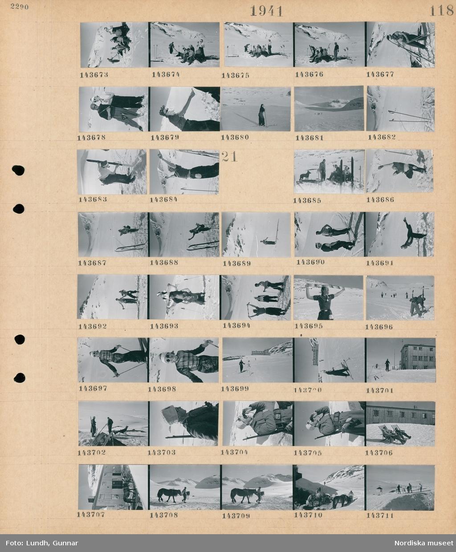 Motiv: (ingen anteckning) ; Kvinnor och män åker skidor i ett snötäckt landskap med fjäll i bakgrunden, en grupp kvinnor och män sitter i snön.  Motiv: (ingen anteckning) ; Kvinnor och män åker skidor i ett snötäckt landskap med fjäll i bakgrunden, en grupp kvinnor och män med en hund sitter i snön, skidåkare med en byggnad i bakgrunden, en soldat i uniform med solglasögon och ett gevär tittar i en kikare, människor sitter i solstolar utanför en byggnad, en man leder en häst.
