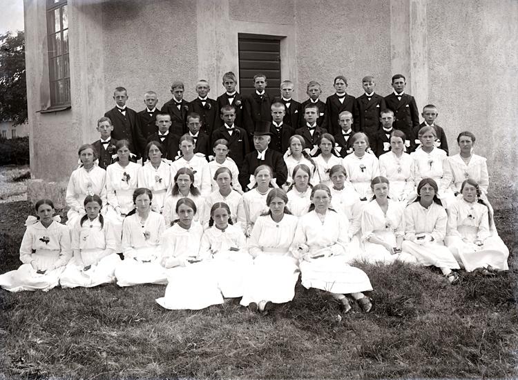 Bildtext: Kyrkoherde C. Hellströms läsbarn i Varv 1917. Samtid förvärv: Tidaholmssamlingen