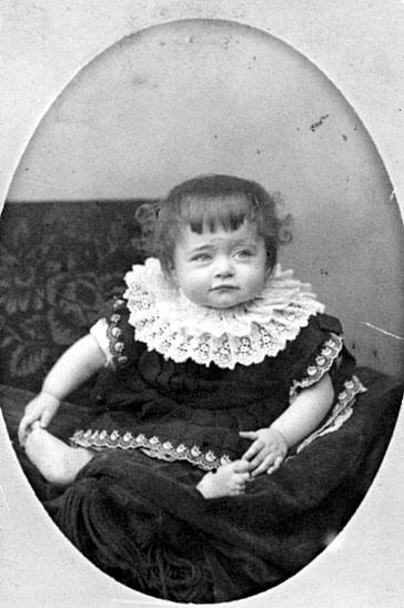 Bildtext: Claris Emma Louise Renée Enjolras. Till moster Majken från lilla Renée 1886, 10 månader. Anna Sjöstedt-Enjolras.