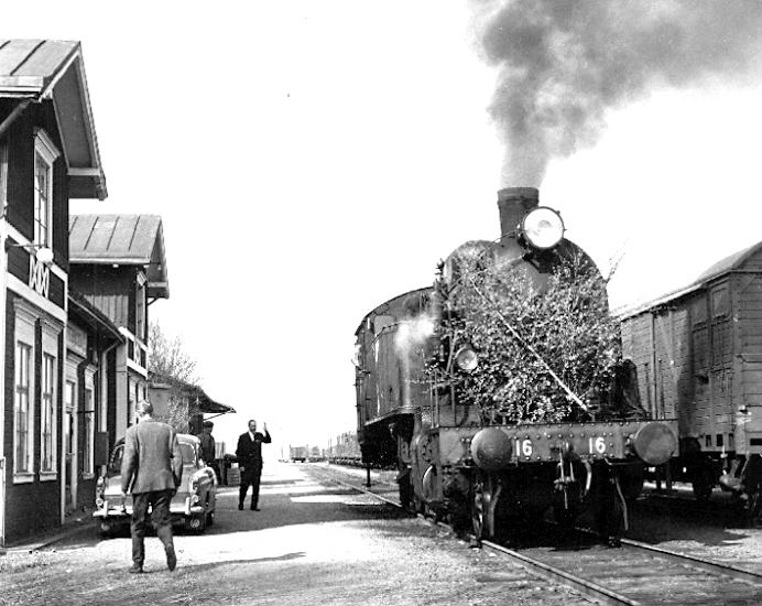 Bildtext: Sista tåget från Otterbäckens station den 16 maj 1966.