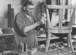Stolstillverkning i snickareverkstaden