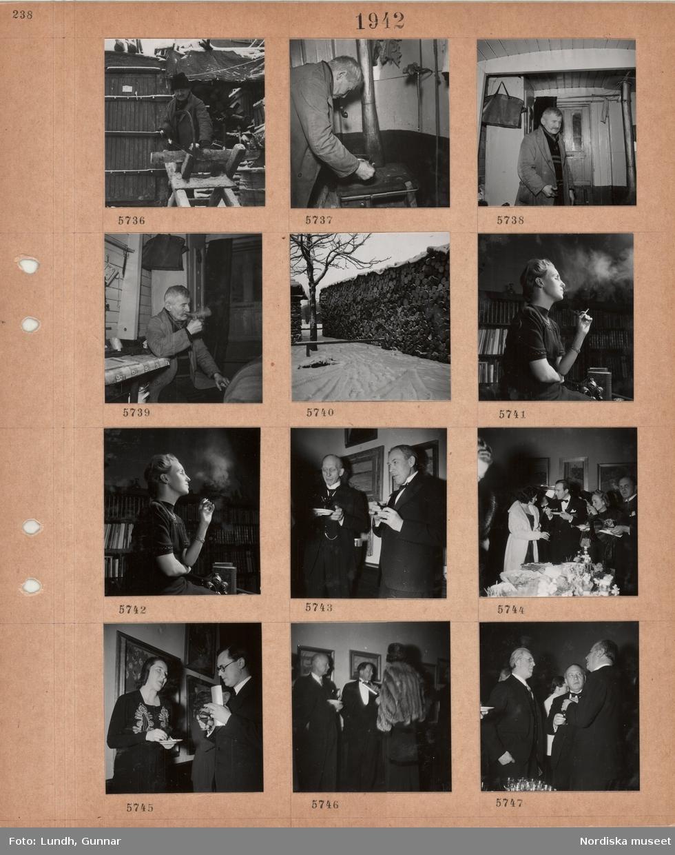 Motiv: Äldre man sågar ved utomhus, äldre man med pipa i munnen sätter kaffepanna på vedspis, står inomhus (i husbåt?) med ytterkläder, sitter och röker, stor timmertrave i snö, kvinna sitter och röker framför bokhylla, två män i kostym står framför en vägg med tavlor, festklädda män och kvinnor vid bord med serveringsfat i utställningssal, besökare med glas i hand samtalar i utställningssal med konst.