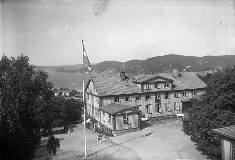 """Enligt Bengt Lundins noteringar: """"Ljungskile. Folkhögskolan. Foto BL 1766""""."""
