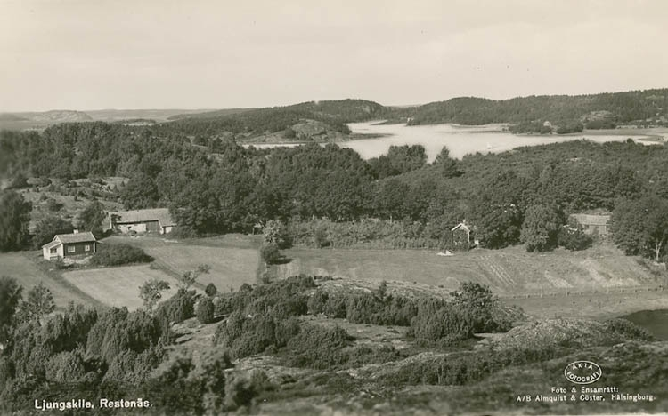 """Enligt Bengt Lundins noteringar: """"Utsikt mot två gårdar och vik. Restenäs""""."""