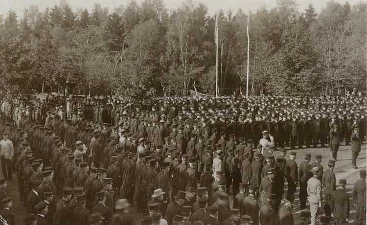"""Enligt Bengt Lundins noteringar: """"Kyrkparad 1911""""."""