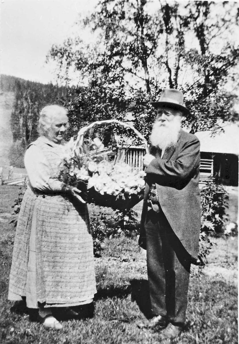Karen og Ivar Mortensson Egnund, feiring av bryllupsdag, Blomster, hus,