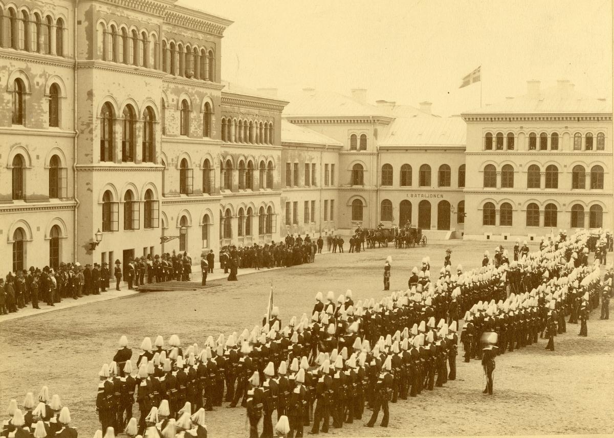Kung Oscar II talar till Andra livgardet (Göta livgarde I 2) på Storgatan år 1890.