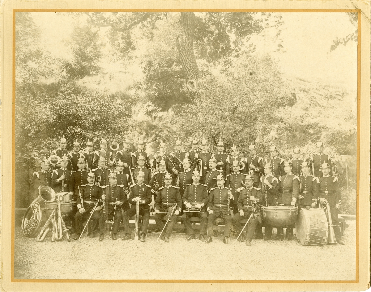 Grupporträtt av Svea livgardes musikkår omkring 1900.