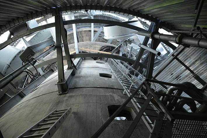 Tronfjell hovedsender i Alvdal, tårn i 5 etasjer samt antenneloft. Høyde medregnet masten på toppen er 49 meter. Pga isingsproblemer ble tårnet rundt 1970 kledd med plastplater. I 1970/71 ble det bygd en oppholdsseksjon og rom for aggregat. Oppholdsseksjonen består av kjøkken, stue to soverom, gang og bad. Det ble bygd tunnel mellom tårnet og den nye seksjonen, som er et flatbygg.