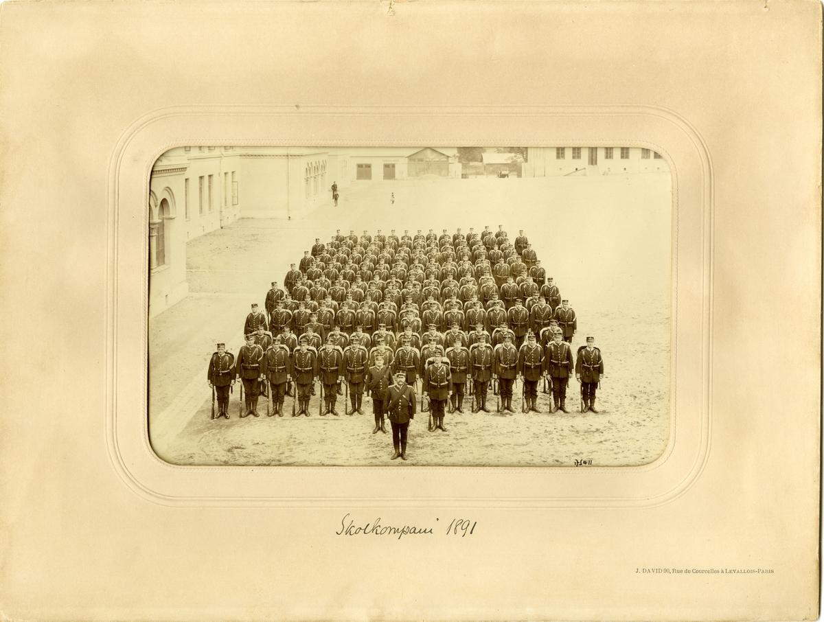 Grupporträtt av skolkompani vid Andra livgardet (Göta livgarde I 2) 1891.