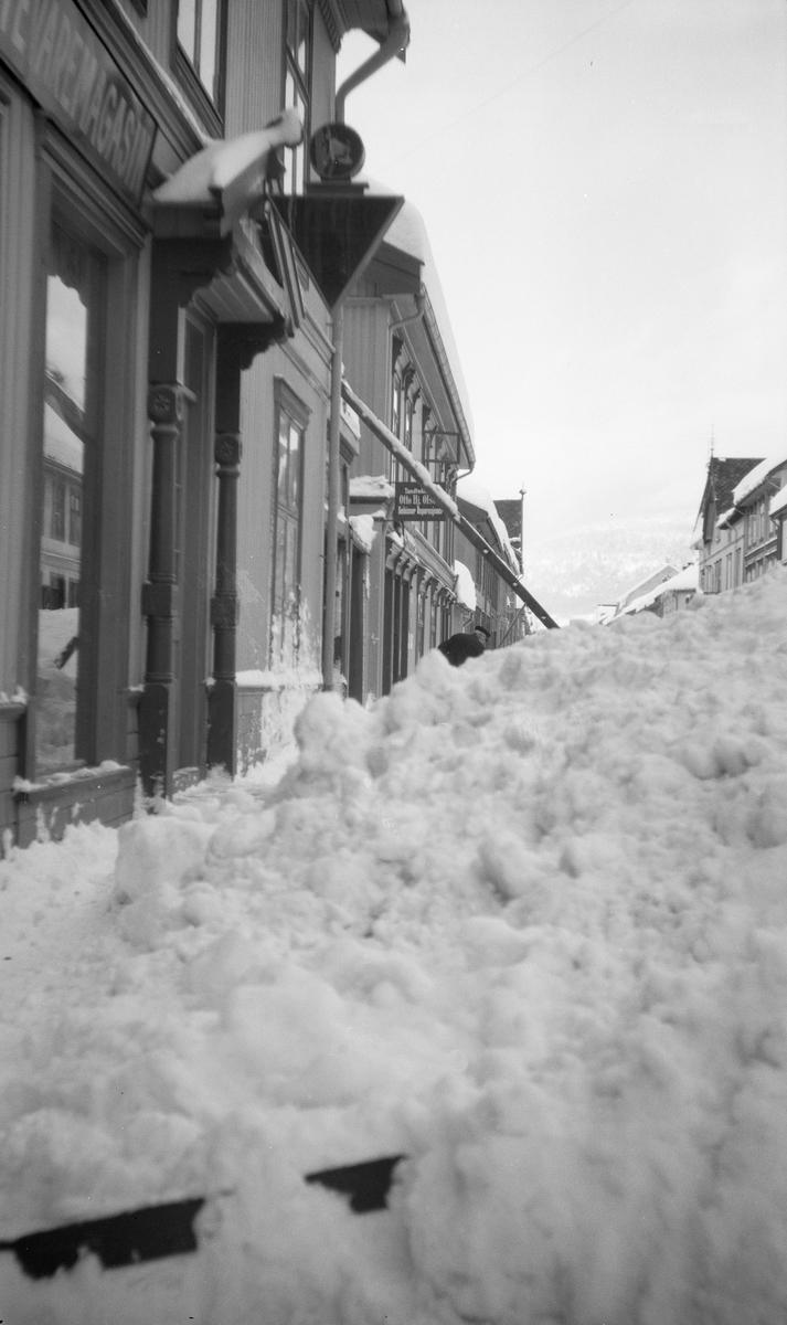 Mye snø i Storgata i Lillehammer.