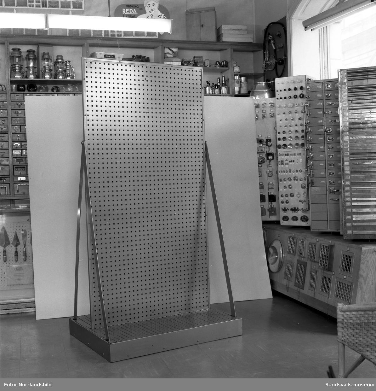 Inredning maskiner och verktyg : Interiörbilder från Näslund & Viklunds Järn på Sjögatan 19, med ...