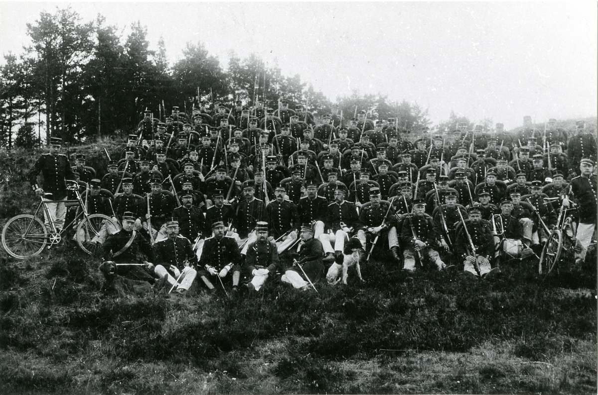 Grupporträtt av officerare och soldater vid Södermanlands regemente I 10.