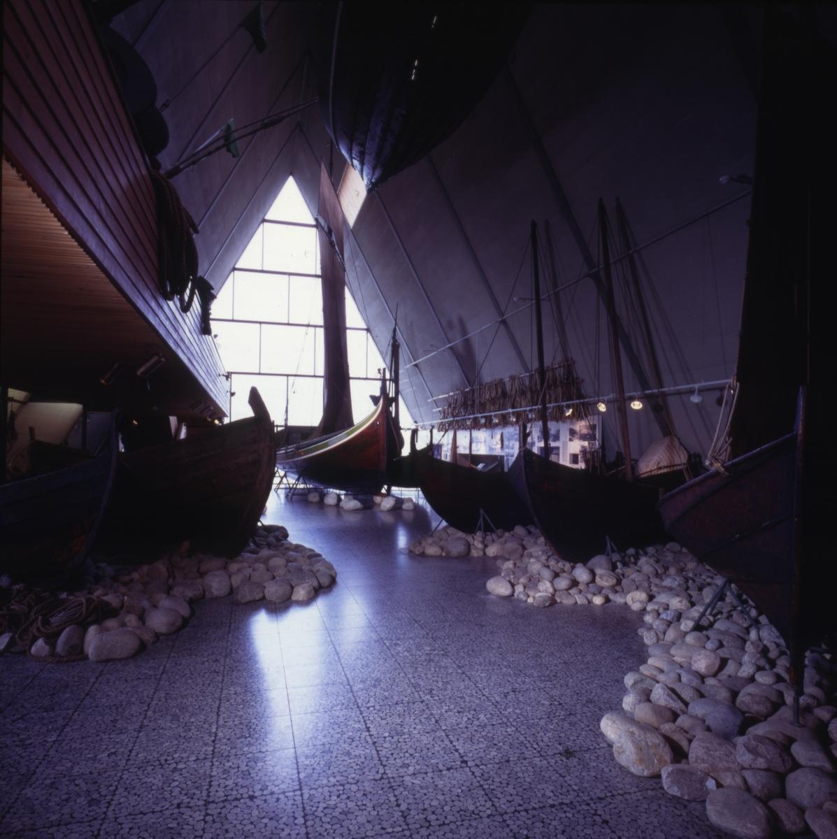 Tradisjonsbåter i Båthallen. En av dem fembøringen 'Oppreisningen'
