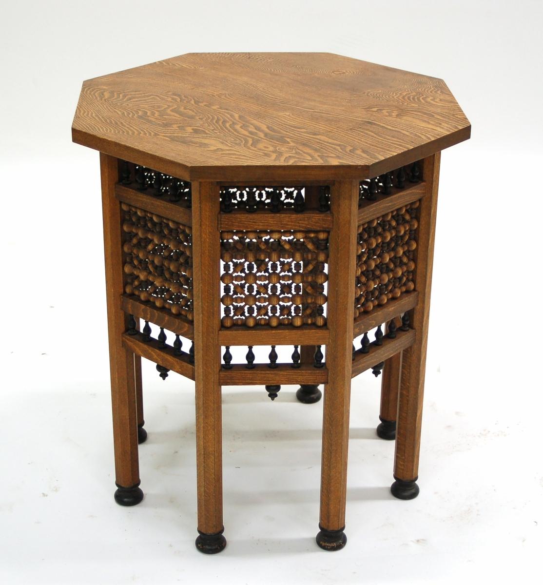 Acc kat: Rökbord, av ek med kulor och balustrar. Tillverkat av Rettigs snickare Lindgren och svarvare Persson i Gefle.