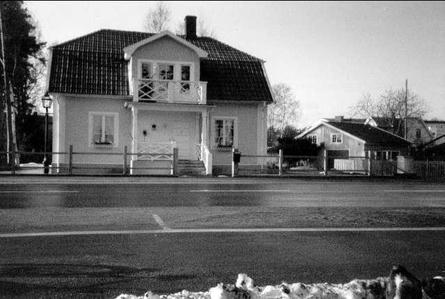 Villa flyttad från Kärleksstigen till Strandvägen. Rektor Ekedorf ägde villan, 1943-1961 ägdes villan av Nils och Irma Forsberg därefter doktor Lennerfeldt. År 1992 köpte Thomas Niklasson och Ingrid Emmelin villan och flyttade den till Strandvägen. Foto: Anders Hellmér.