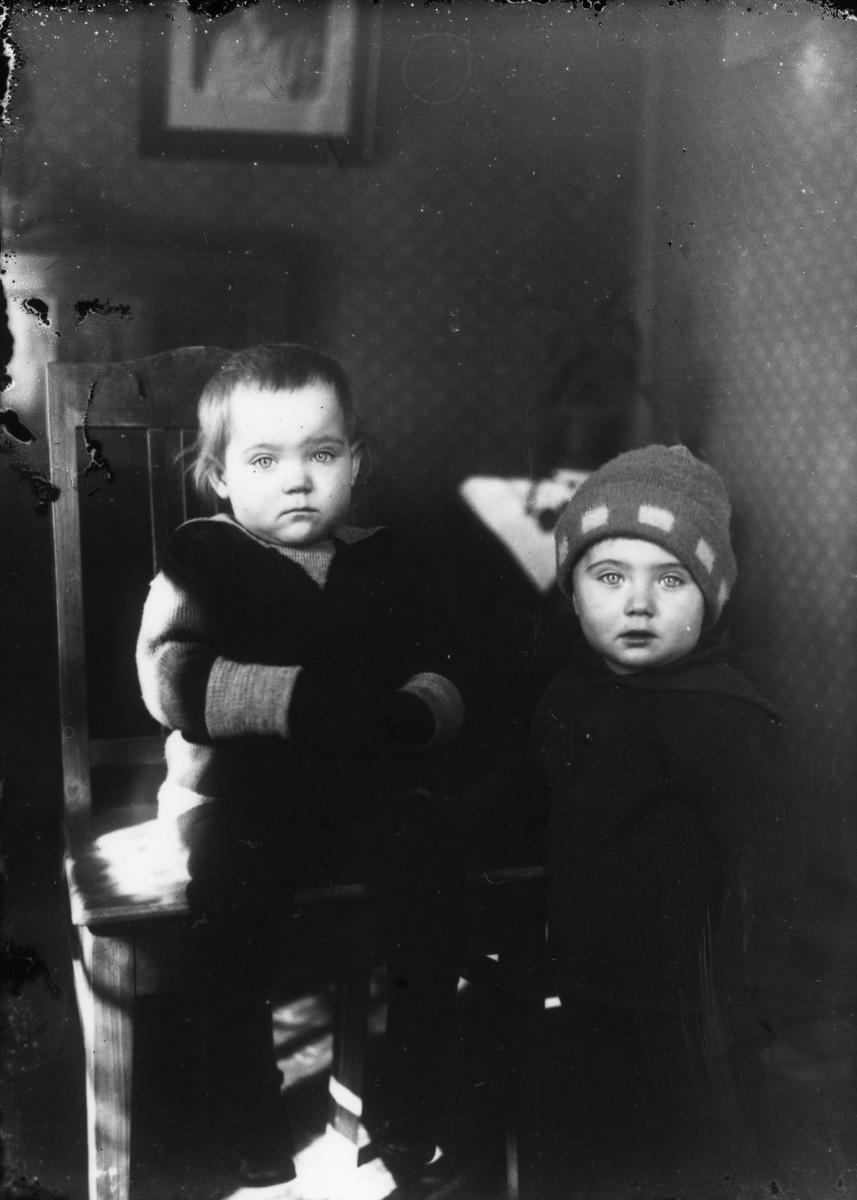 Två små barn.