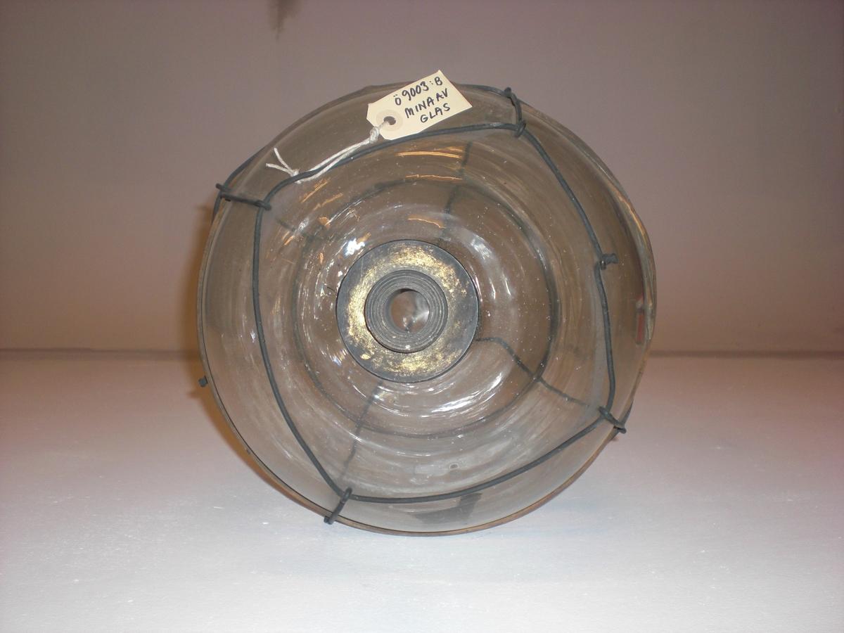 Päronformad med ståltrådsnät och handtag. 2 stycken vidjeband, 2 st handtagsstroppar av tågvirke, hylsa för tändkolv. glasets höjd 560 mm diam. 330 mm
