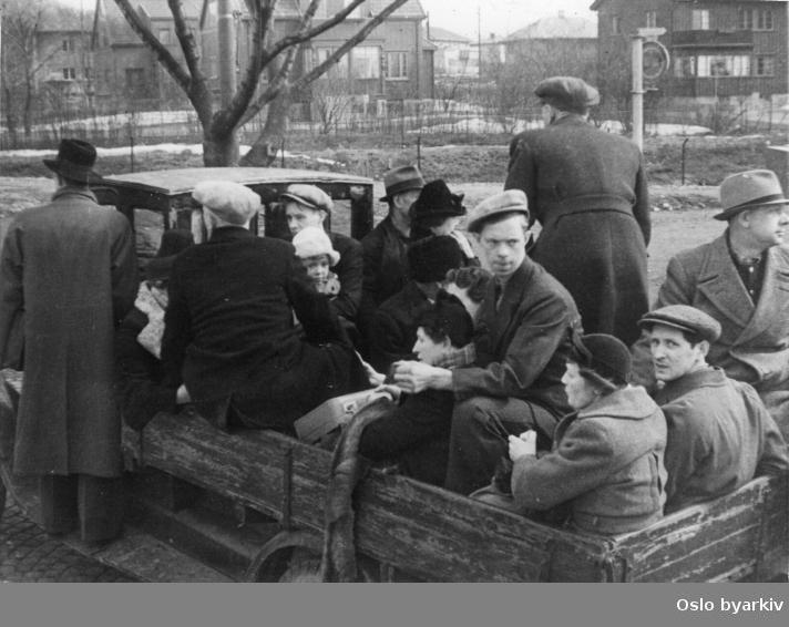 Panikkdagen 10. april etter rykter om bombing av Oslo fra britiske bombefly. Presis klokken 11.30 onsdag 10. april 1940 gikk flyalarmen. Lastebil med familie og mennesker på flukt langs Trondheimsveien. Villabebyggelse i bakgrunnen.