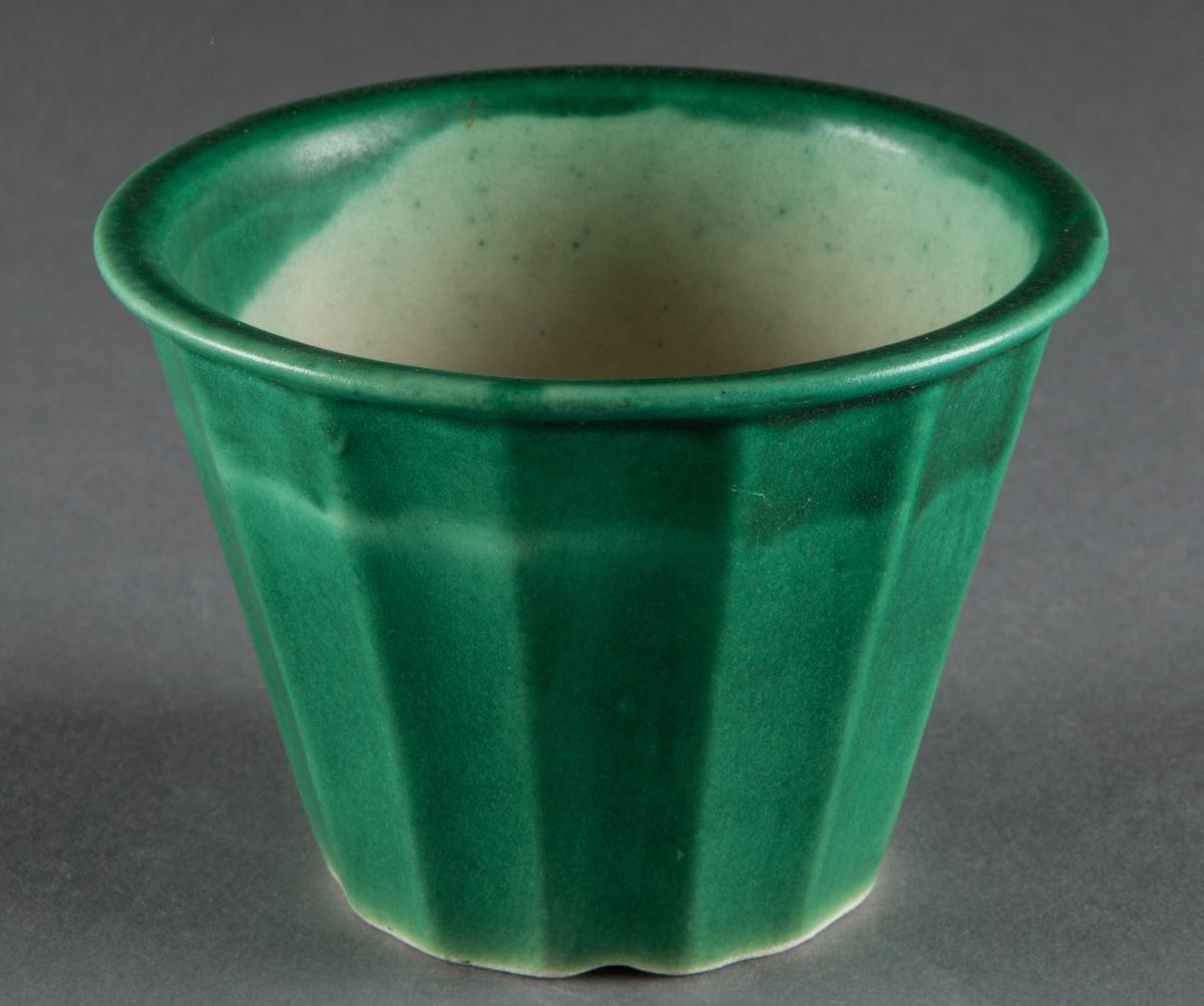 """Blomkruka tillverkad vid Bo Fajans i Gävle. Formgiven av Ewald Dahlskog. Modell """"Artis"""", grön glasyr."""