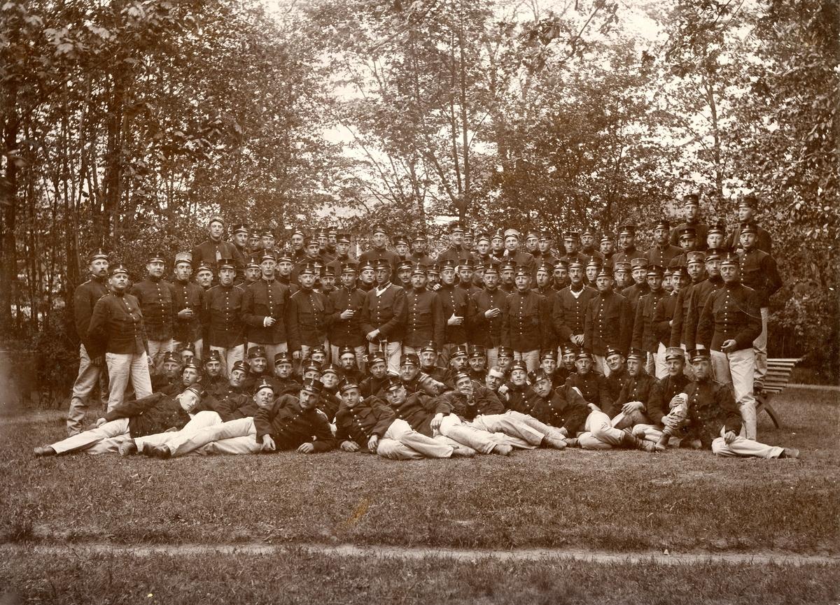 Grupporträtt av daltagarna vid underbefälsskolan, Karlsborg 1894-1896.