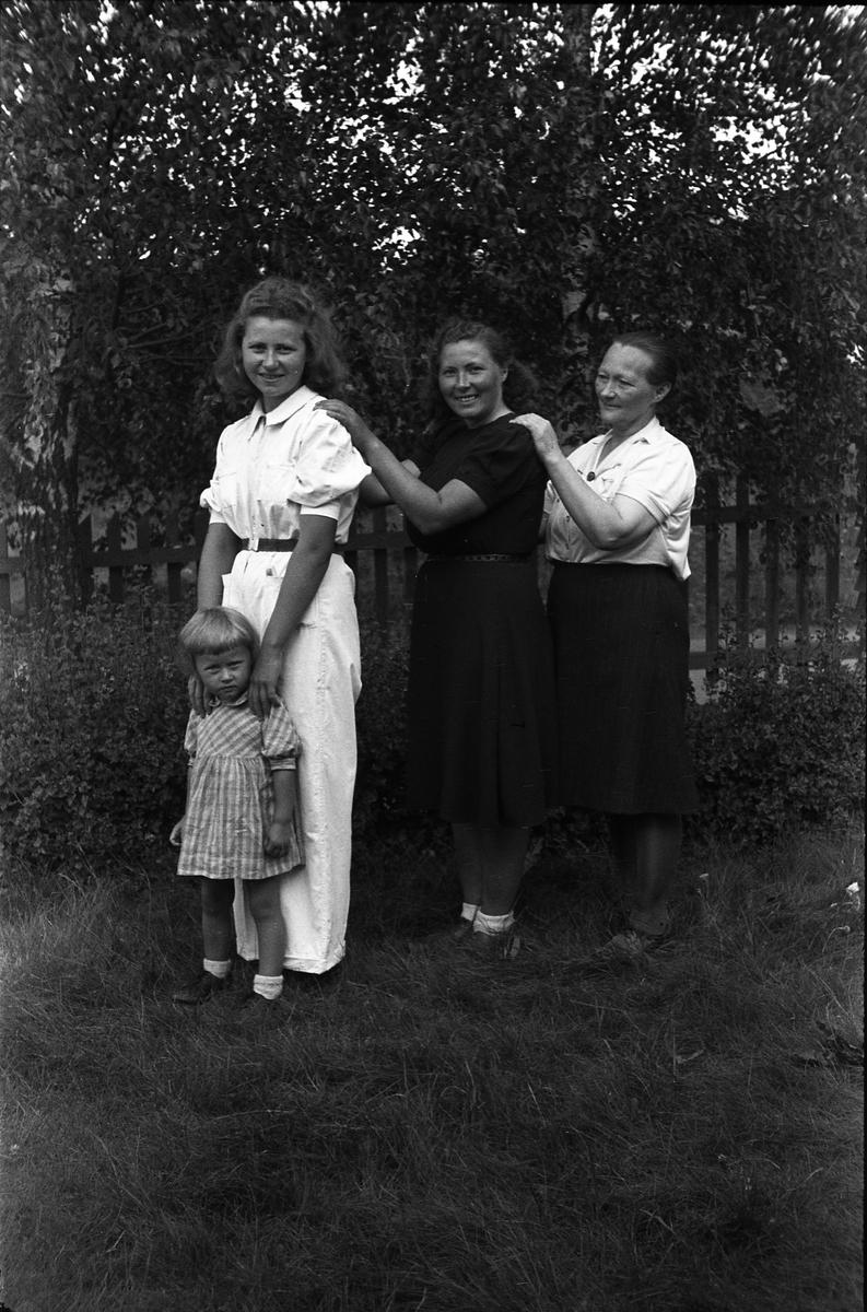 b4c4308c Tre voksne kvinner og en jentunge, tydeligvis flere generasjoner. Ingen av  personene er identifisert