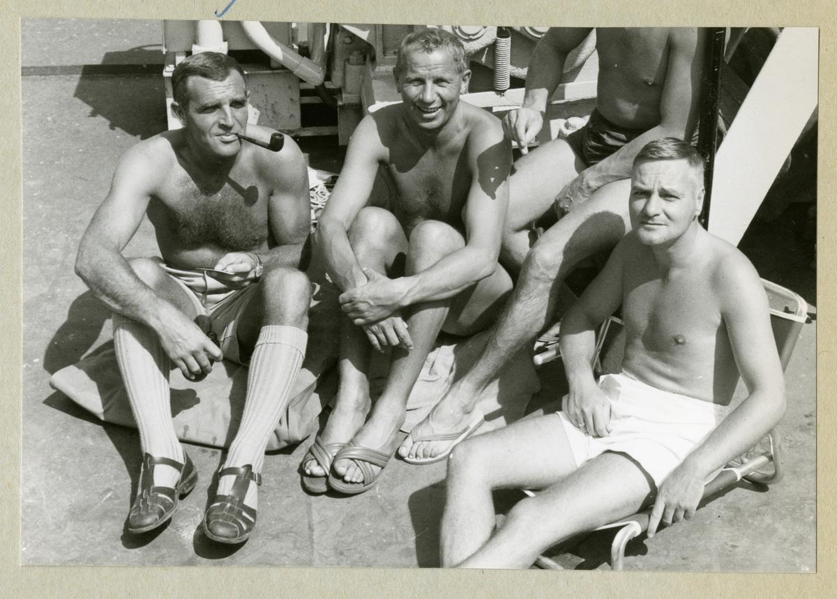 Bilden föreställer en grupp män som solar ombord på minfartyget Älvsnabben under långresan 1966-1967.
