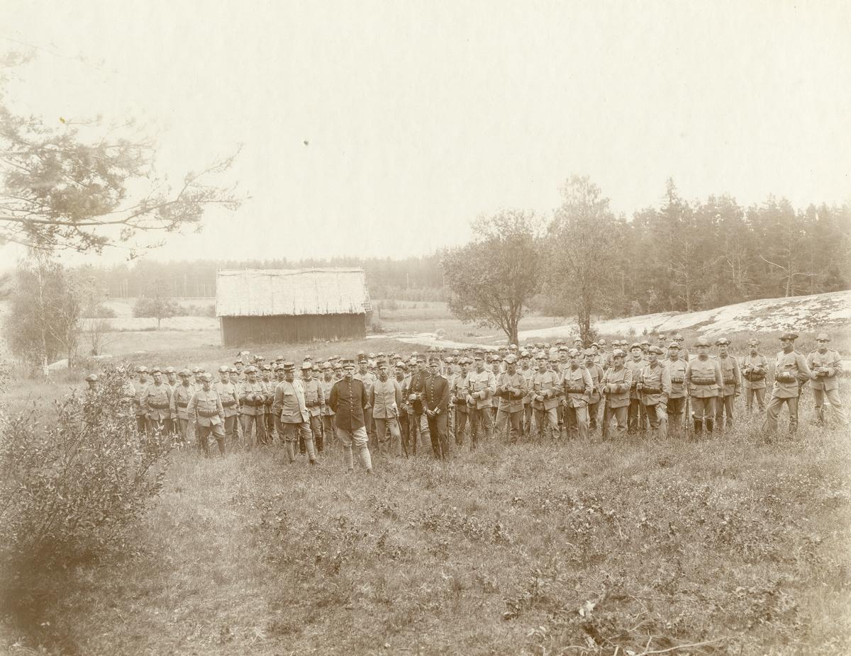 Grupporträtt av officerare och soldater vid Värmlans regemente I 22.