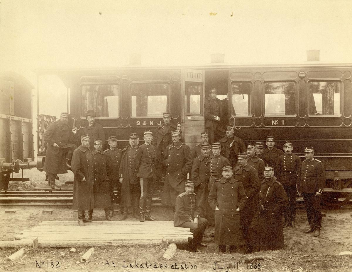 Officerare från Generalstaben utanför järnvägsvagn på Lakaträsk station den 11 juli 1888.