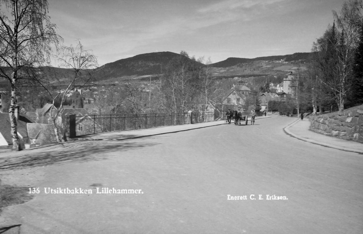 Mot Lillehammer sentrum fra Utsiktsbakken. Balbergkampen i bakgrunnen. Mann med hest og kjerre.