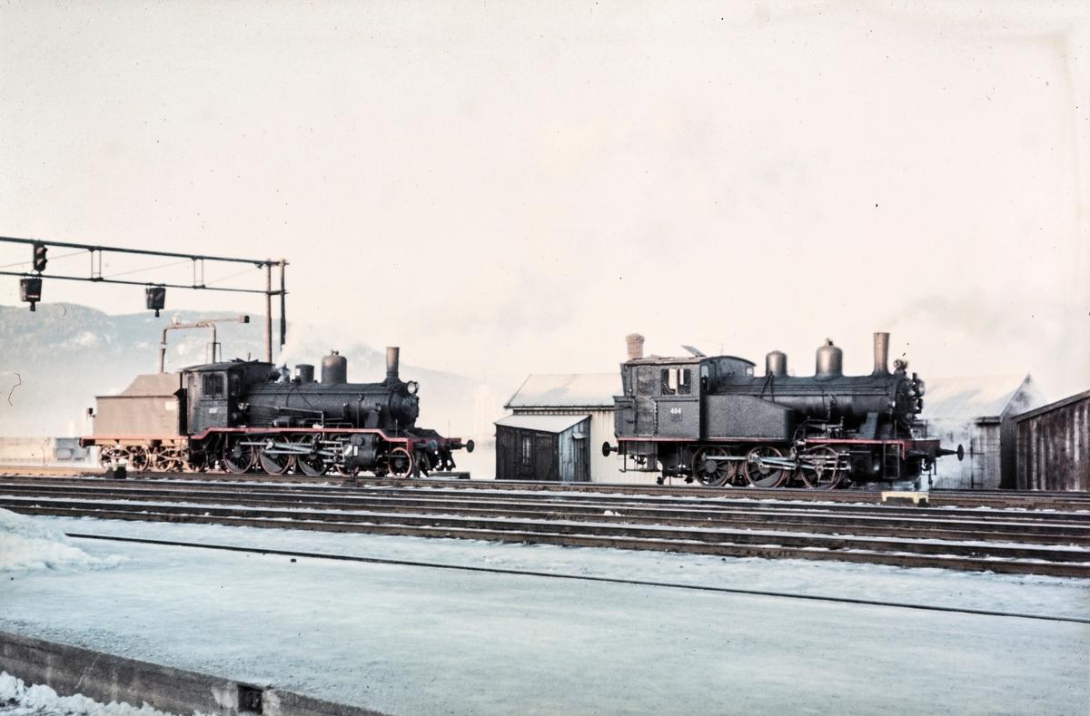 Damplokomotiv type 18c nr. 233 og 23b 454 på driftsbanegården på Trondheim stasjon.
