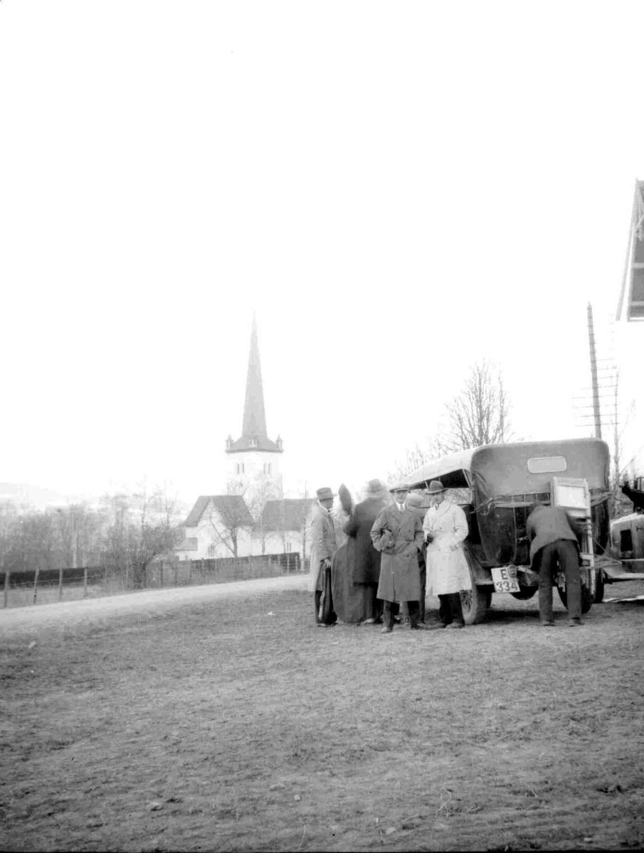 Ringsaker kirke. bil og mennesker. Bil fra Gausdal Bilselskap