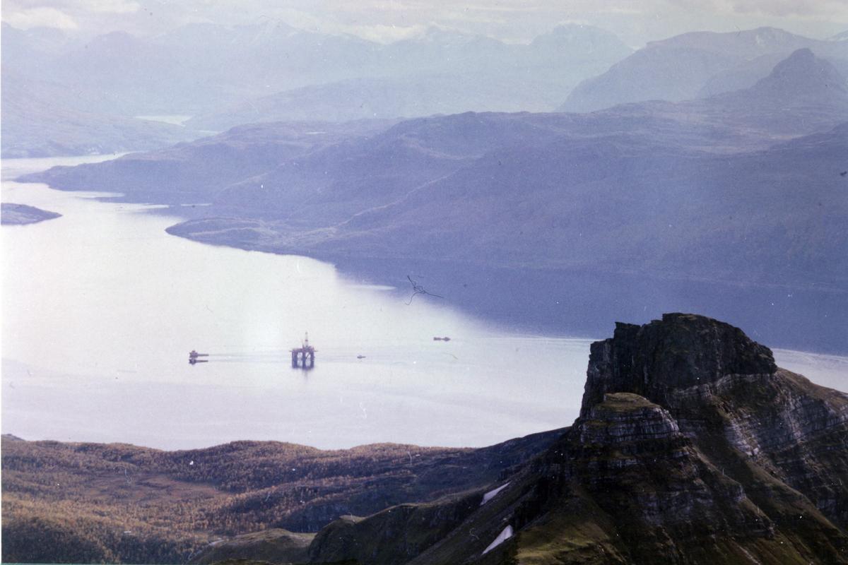 Flyfoto fra Ibestad. På fjorden er en oljeplattform under slep.