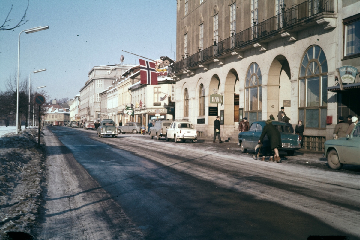 Gateparti Strandgata, Hamar, vinter, folk, biler,flagg.