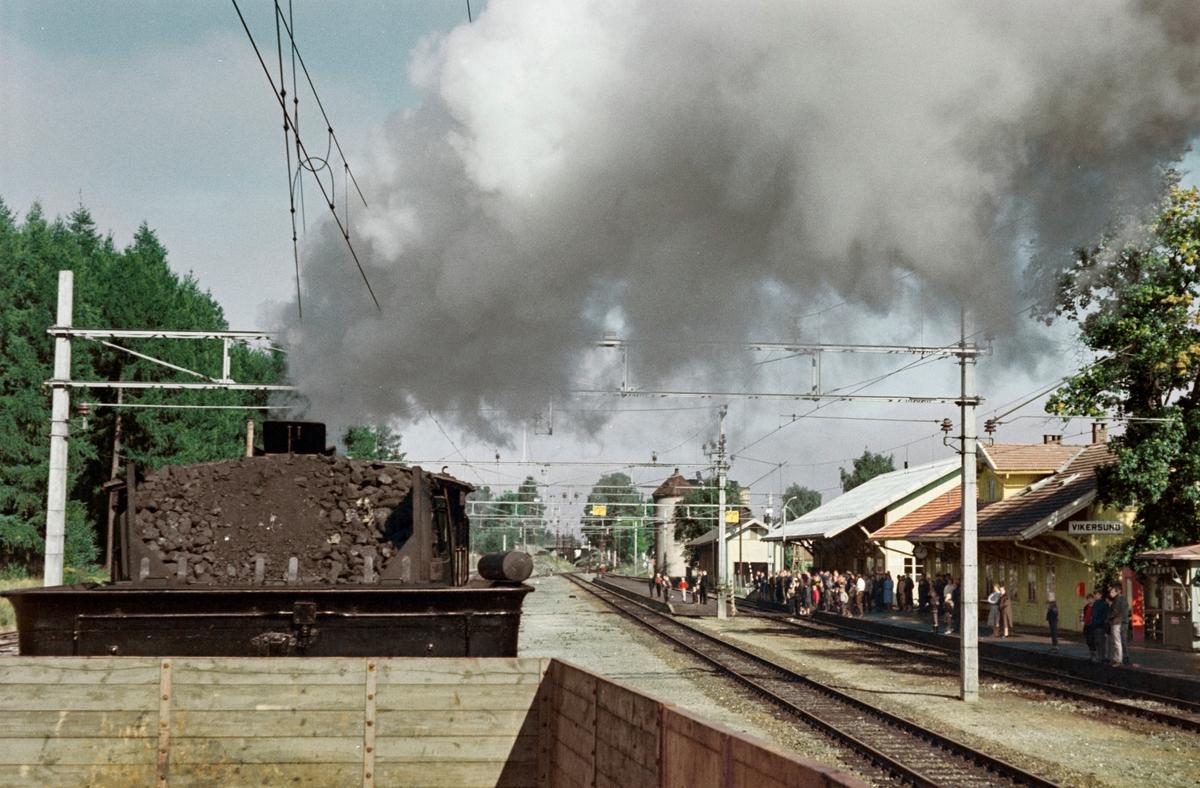 A/L Hølandsbanens veterantog fra Drammen til Krøderen kjører ut fra Vikersund stasjon. Toget trekkes av damplokomotiv 18c 245.