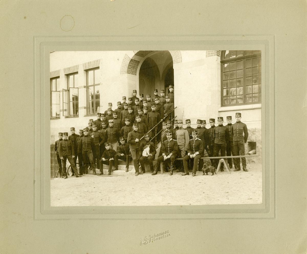 Grupporträtt av officerare och soldater vid okänt infanteriregemente.