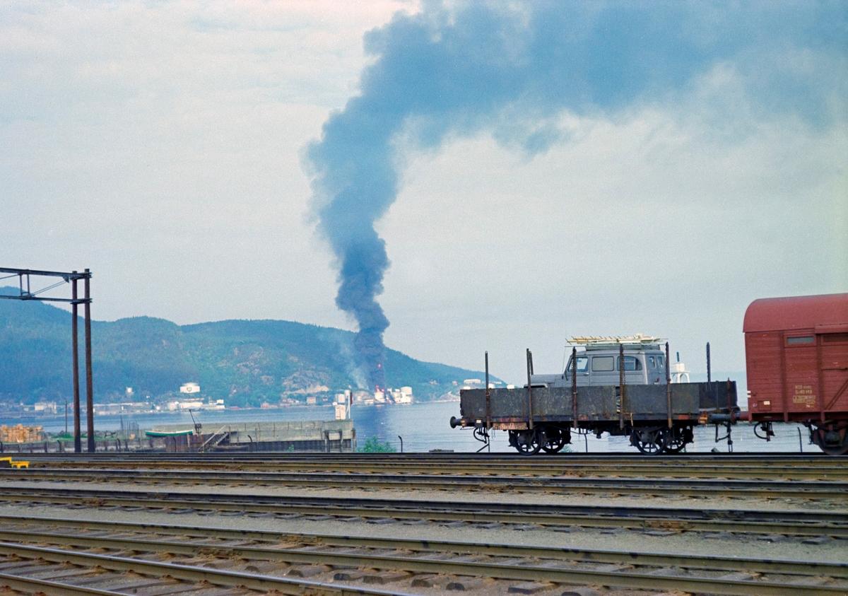 Brann i Esso sitt tankanlegg ved Trondheim, sett fra Trondheim stasjon.