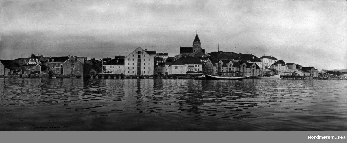 to galeasriggede kuttere ved Nordlandet, Kristiansund. kai.  fartøy, båt. Kirka, Parelius til høyre. Ca 1920. Nordmøre museums fotosamling.