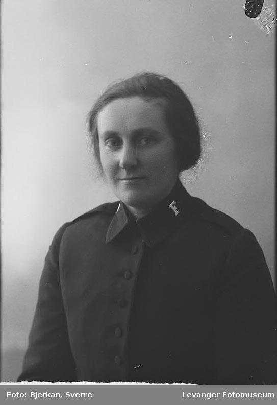 Portrett av en kvinne i Frelsesarmeuniform. Ved navn Nora Jørstad