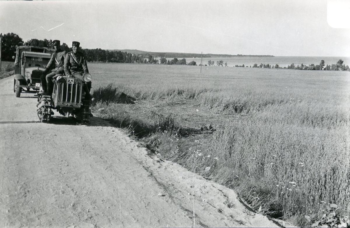 Traktor, Caterpillar, 1,5 ton. Marsch från Karlsborg, skolbatteriet.