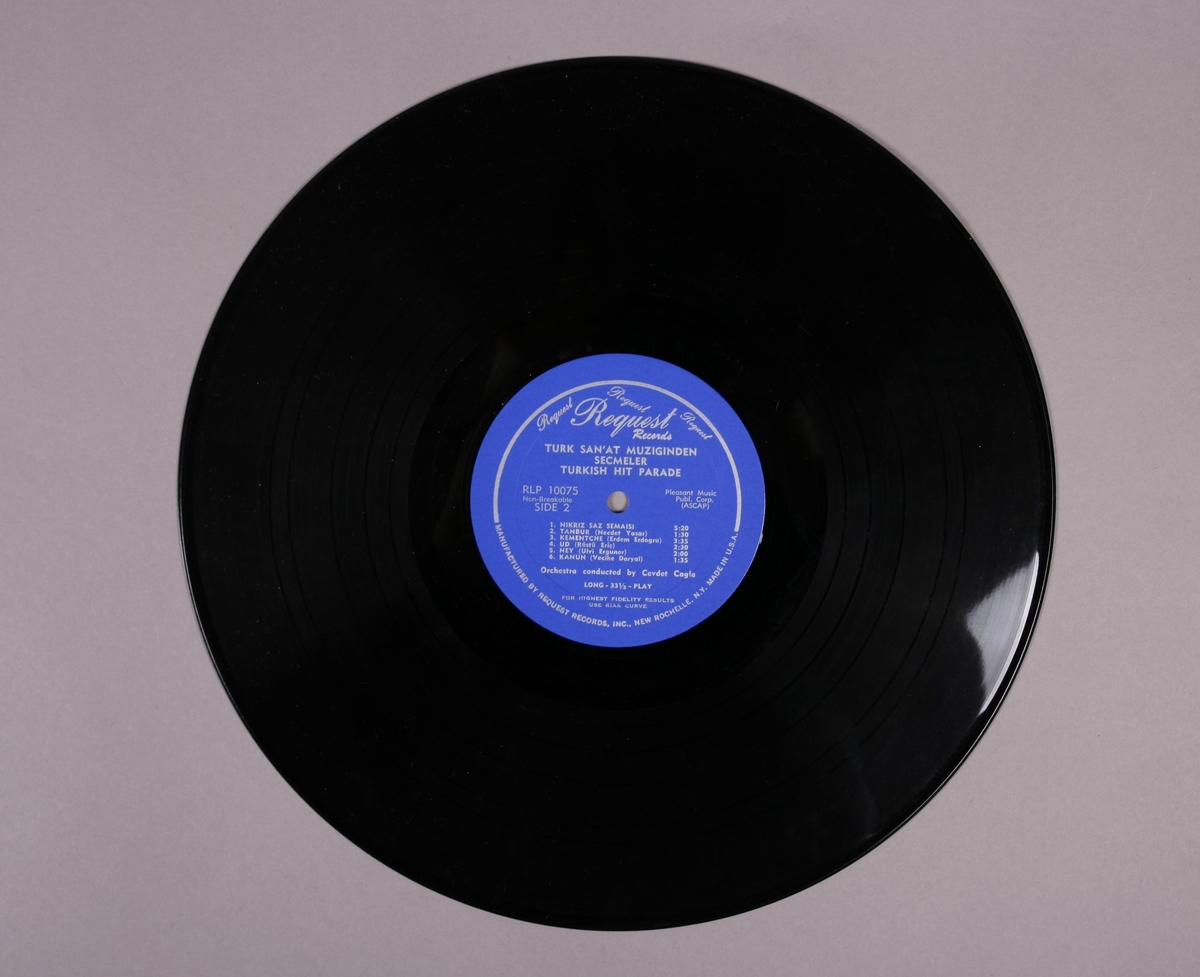"""Grammofonplate i svart vinyl. Plata ligger i en uoriginal papirlomme med plastfôr stemplet """"Angel Records"""". Ligger også med et A4-ark med beskrivelse av platen som har påskrift (se bilde)."""