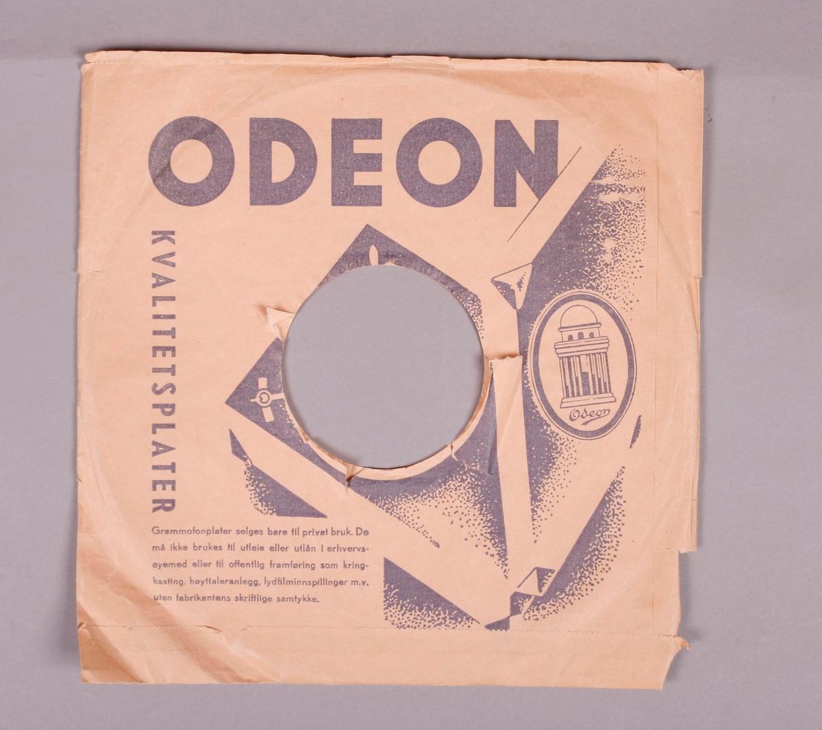 Grammofonplate av skjellakk. Platen ligger i et plateomslag av papir.