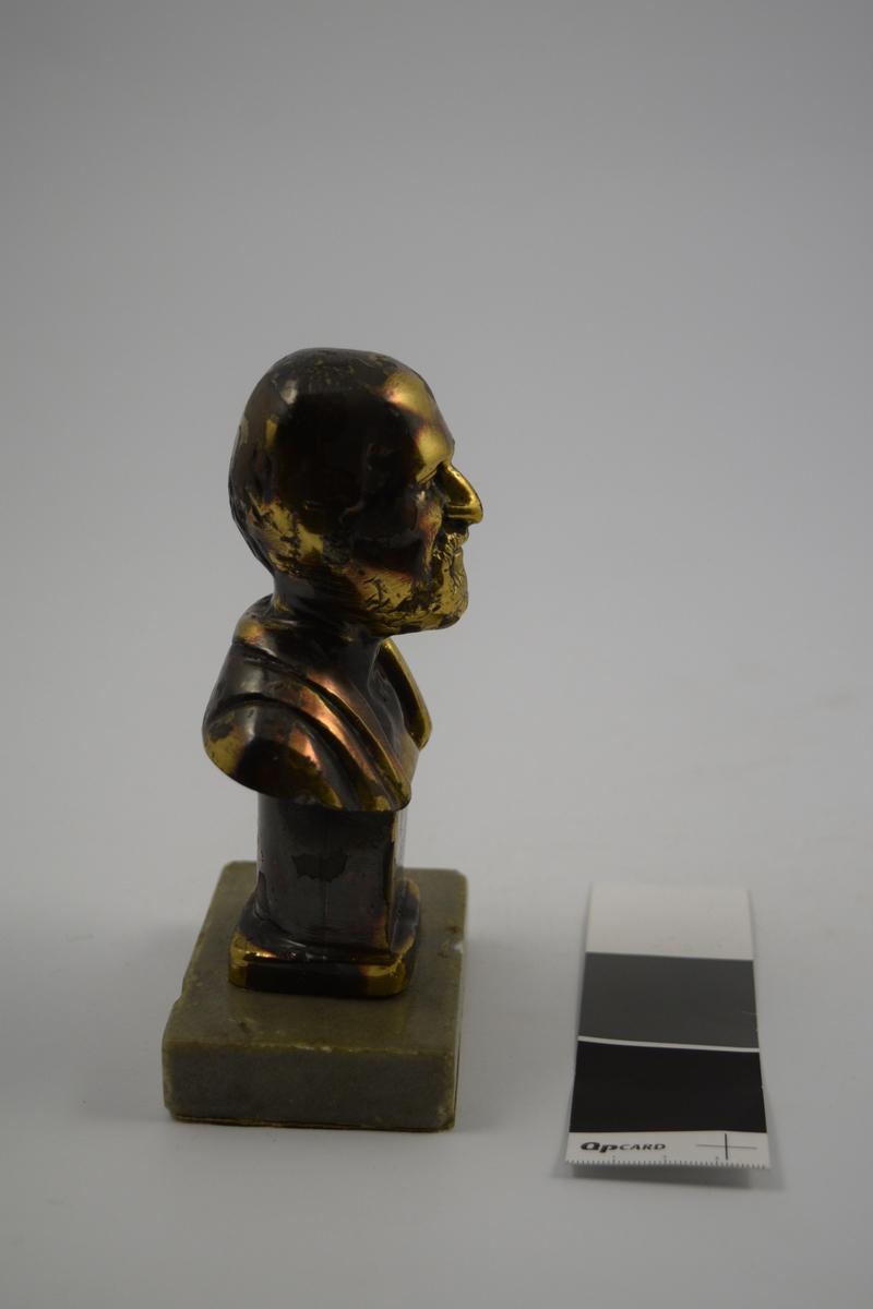 Metallbyste på marmor sokkel av den greske legen Hippokrates, kjent som legekunstens far.