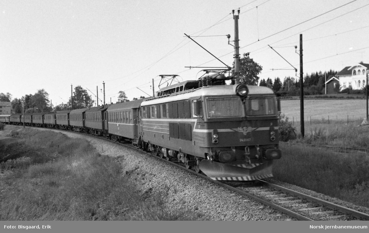 """Elektrisk lokomotiv El 14 2187 med persontog """"Ormen Lange"""", et pendlertog som gikk mellom Oslo og Mo"""